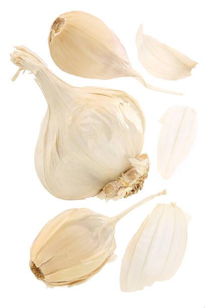 Garlic bulb with split away cloves on a white background:スマホ壁紙(壁紙.com)