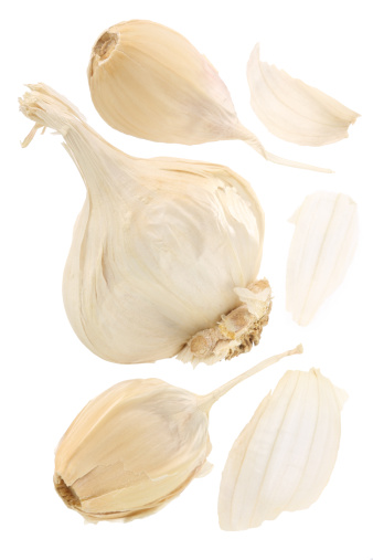 Garlic Clove「Garlic bulb with split away cloves on a white background」:スマホ壁紙(13)