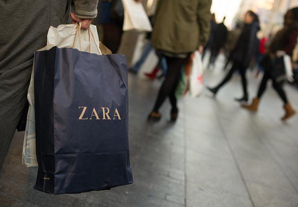 ブランド Zara「Shopping In Madrid Ahead Of Christmas Celebrations」:写真・画像(4)[壁紙.com]