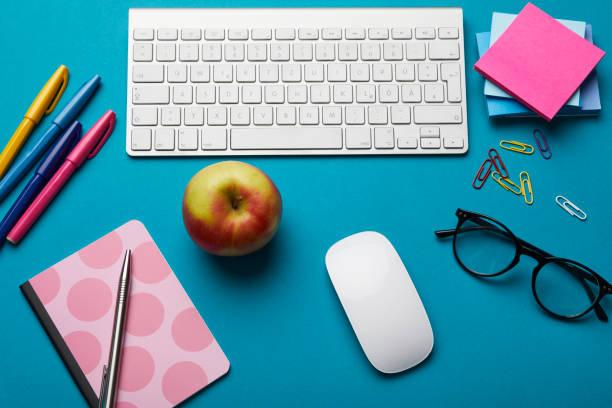 Office utensils on desk:スマホ壁紙(壁紙.com)