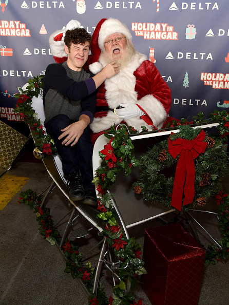 "LAX Airport「Delta Air Lines Hosts Sixth Annual Holiday ""Flight"" To The North Pole For 150 Kids From Children's Hospital Los Angeles And P.S. ARTS At LAX」:写真・画像(4)[壁紙.com]"