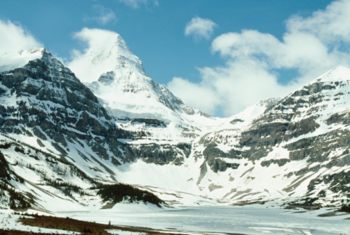 Mt Assiniboine Provincial Park「Frozen lake at base of mountains, Banff National Park, Canada」:スマホ壁紙(18)