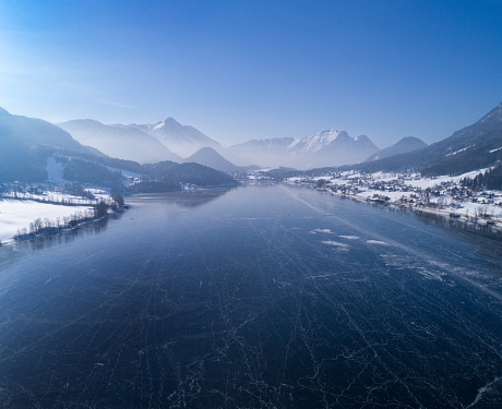 オーストリア「Frozen Lake Grundlsee, Arial Winter Panorama, Austria」:スマホ壁紙(7)