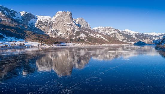 オーストリア「Frozen Lake Grundlsee, Arial Winter Panorama, Austria」:スマホ壁紙(0)