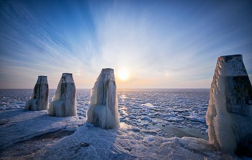 オランダ「日の出中に氷棒で凍った湖」:スマホ壁紙(7)