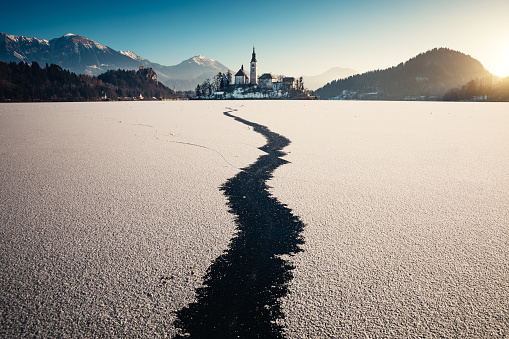 Frozen「Frozen Lake Bled At Sunrise」:スマホ壁紙(7)