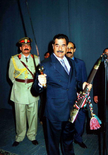 見せる「Saddam Sworn In As Iraqi President」:写真・画像(18)[壁紙.com]