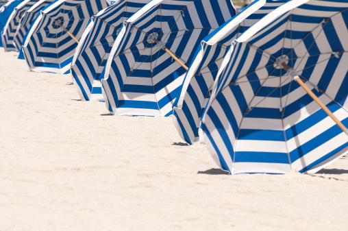 マイアミビーチ「マイアミビーチの列のブルーとホワイトのストライプの傘」:スマホ壁紙(3)