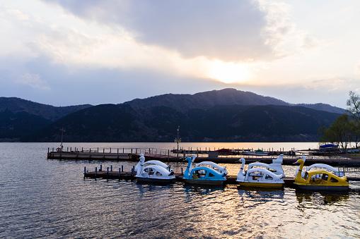 Japan「Sunset along Lake Ashinoko behind Mt Mikuni, Hakone, Japan.」:スマホ壁紙(14)