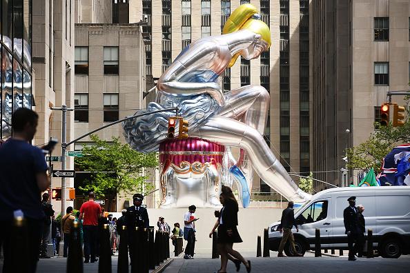Ballet Dancer「Jeff Koons' 45-Foot Tall Nylon Sculpture Of Seated Ballerina Goes On Display In Rockefeller Center」:写真・画像(3)[壁紙.com]