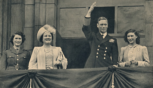 1945「The King And Queen With Princess Elizabeth And Princess Margaret On The Balcony Of Buckingham Palac Creator: Daily Herald」:写真・画像(18)[壁紙.com]