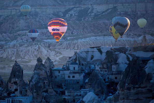 気球「Peak Tourist Season Begins in Turkey's Famous Cappadocia Region」:写真・画像(12)[壁紙.com]