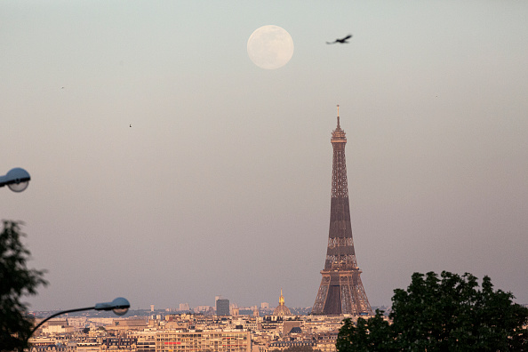 Eiffel Tower「April Supermoon Shines Over Paris」:写真・画像(12)[壁紙.com]