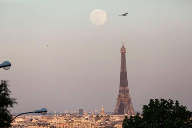 April Supermoon Shines Over Paris:ニュース(壁紙.com)