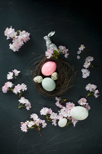 桜「Easter nest with easter eggs, silver Easter bunny, feathers and cherry blossoms」:スマホ壁紙(17)
