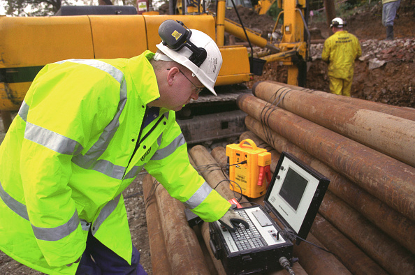 Power Supply「Foundation engineering. Engineer using a pile driving analyser device」:写真・画像(9)[壁紙.com]