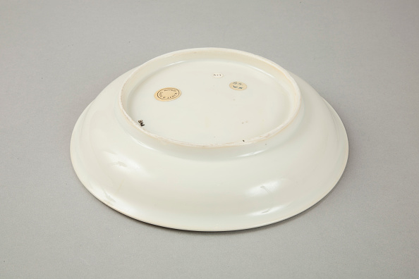 Crockery「White dish with anhua design of two phoenix and cloud scroll design, Song dynasty, c.1300」:写真・画像(5)[壁紙.com]