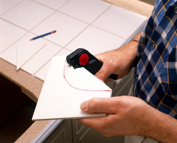 Finance and Economy「Tiling in progress Cutting tiles」:写真・画像(1)[壁紙.com]