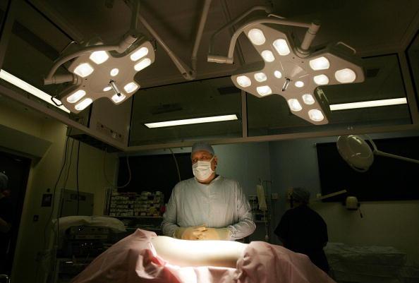 Transplant Surgery「Birmingham Hospital Conducts Kidney Transplant」:写真・画像(4)[壁紙.com]
