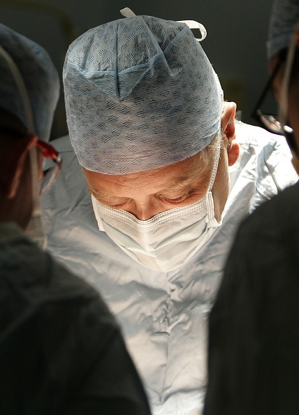 Surgical Mask「Birmingham Hospital Conducts Kidney Transplant」:写真・画像(13)[壁紙.com]