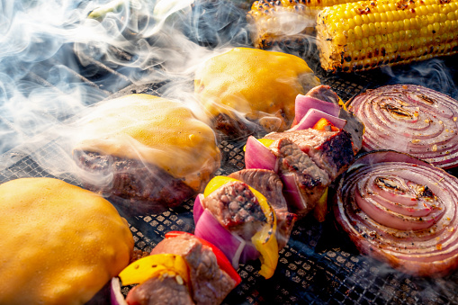 Ketogenic Diet「Lean Healthy Cheeseburgers, Kebobs, Onion Slices and Ears Of Corn On A Charcoal Grill」:スマホ壁紙(13)