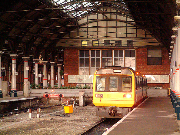 Waiting「The cavernous interior of Darlington's ECML station dominates the Pacer unit waiting to depart with a local service to Saltburn. November 2003.」:写真・画像(5)[壁紙.com]