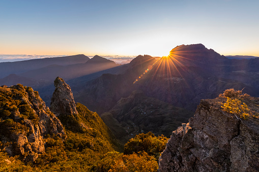 French Overseas Territory「Reunion, Reunion National Park, View from Pito Maido to Cirque de Mafate, Gros Morne and Piton des Neiges, sunrise」:スマホ壁紙(4)