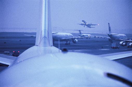 Passenger「Passenger jet taking off from runway, sunset」:スマホ壁紙(7)