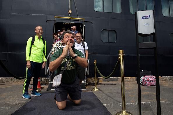 Disembarking「Cambodia Allows Cruise Ship Free of Coronavirus to Dock.」:写真・画像(11)[壁紙.com]