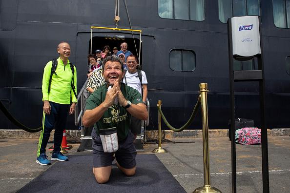 Disembarking「Cambodia Allows Cruise Ship Free of Coronavirus to Dock.」:写真・画像(13)[壁紙.com]