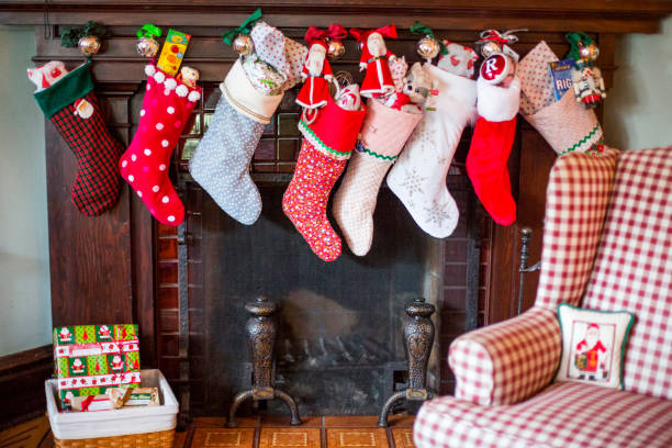 Stuffed Christmas stockings over fireplace:スマホ壁紙(壁紙.com)