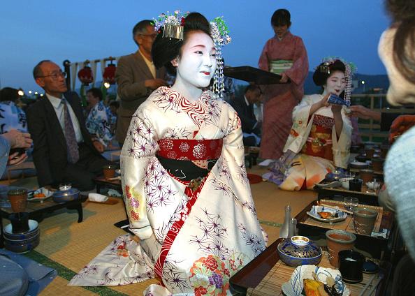 舞妓「Maiko Entertain Restaurant Patrons」:写真・画像(16)[壁紙.com]