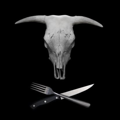 Table Knife「A cow skull with a fork and knife as crossbones」:スマホ壁紙(12)