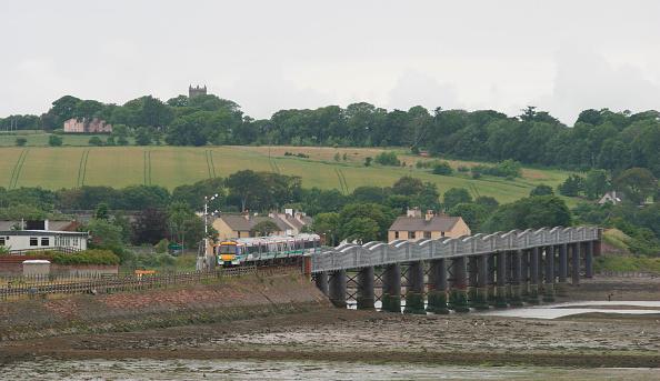 Embankment「A northbound Scotrail service crosses the river South Esk at Montrose Basin July 2004.」:写真・画像(6)[壁紙.com]