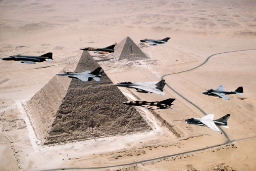Battle「US and Egyptian Aircraft Over Pyramids」:スマホ壁紙(10)