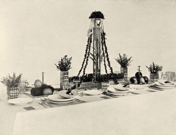 "Crockery「Wedding table in the exhibition of the Wiener Werkstaette named ""The well laid table"". Neustiftgasse 32-34. In Deutsche Kunst und Dekoration, volume XIX, 1907. page 473.」:写真・画像(2)[壁紙.com]"