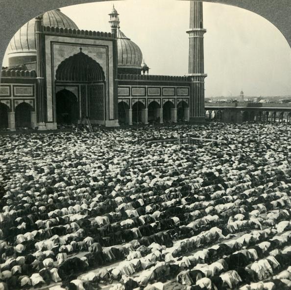 Delhi「Devout Mohammedans Prostrate At Prayer Time - Jama Masjid」:写真・画像(14)[壁紙.com]