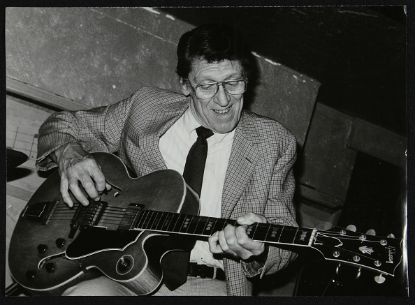 Plucking An Instrument「American guitarist Tal Farlow performing at the Bell Inn, Codicote, Hertfordshire, 1986. Artist: Denis Williams」:写真・画像(12)[壁紙.com]
