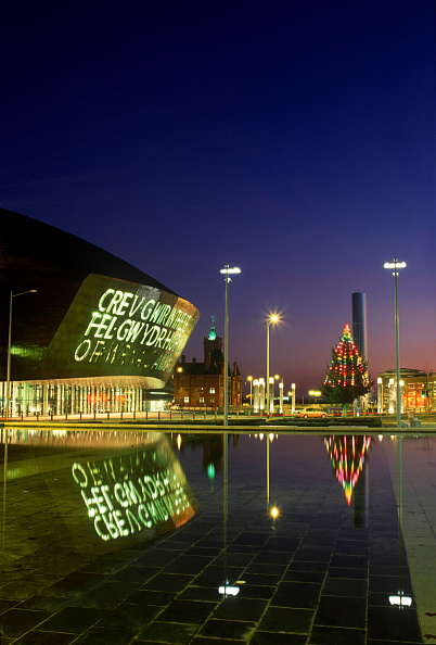 Dusk「Wales Millennium Centre at Night, Cardiff Bay, South Wales. Designed and built in Wales, the WMC on Cardiff Bay waterfront is made of 5000 tonnes of structural steel. The WMC is quickly establishing itself as one of the world's leading performing arts ve」:写真・画像(3)[壁紙.com]