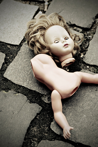 Doll「Broken Doll Lying on Cobblestone Ground」:スマホ壁紙(19)