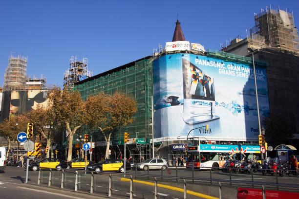 Large advertising hoarding covering a building under refurbishment, La Rambla, Barcelona, Spain:ニュース(壁紙.com)