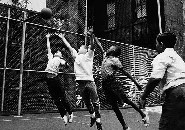 バスケットボール「Boys Playing Basketball」:写真・画像(1)[壁紙.com]