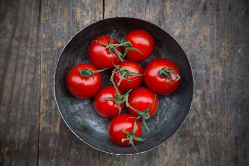 Tomato「Bowl with cherry tomatoes on wooden table, elevated view」:スマホ壁紙(2)