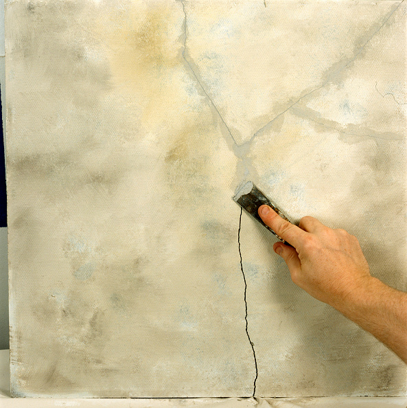 Cracked「Filling a crack in a wall with filler」:写真・画像(12)[壁紙.com]