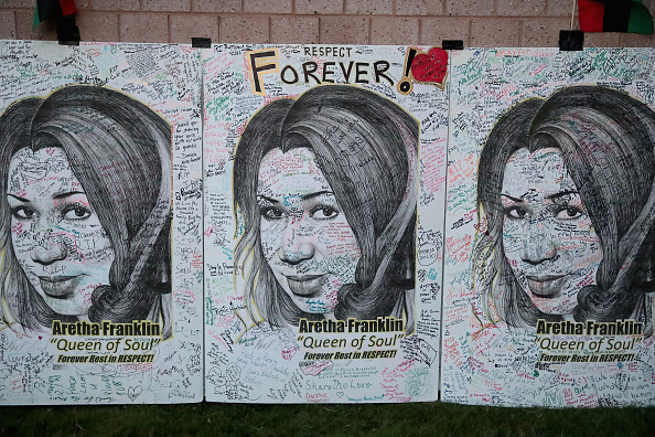 Scott Olson「Fans Of Soul Legend Aretha Franklin Pay Their Respects As Her Body Lies In Repose In Detroit」:写真・画像(13)[壁紙.com]