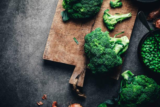 Fresh broccoli on chopping board:スマホ壁紙(壁紙.com)