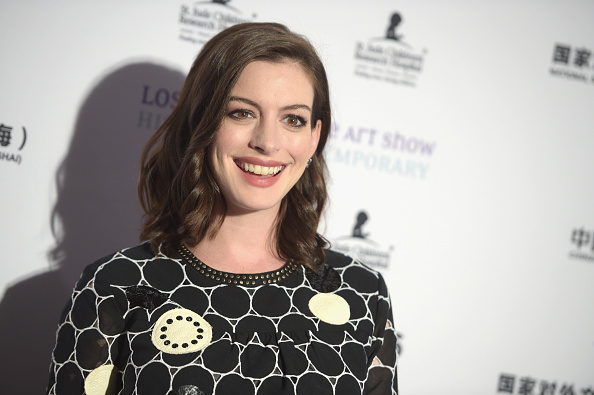 Actress Anne Hathaway「LA Art Show And Los Angeles Fine Art Show's 2016 Opening Night Premiere Party Benefiting St. Jude Children's Research Hospital - Arrivals」:写真・画像(11)[壁紙.com]