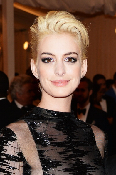 "Actress Anne Hathaway「""PUNK: Chaos To Couture"" Costume Institute Gala」:写真・画像(18)[壁紙.com]"