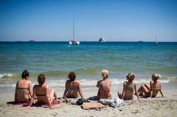 ビーチ「European Tourists Flock To Ibiza For Their Summer Holidays」:写真・画像(17)[壁紙.com]