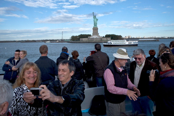 Tourist「State Deal Reached To Reopen Statue Of Liberty Amid Continued Government Shutdown」:写真・画像(0)[壁紙.com]